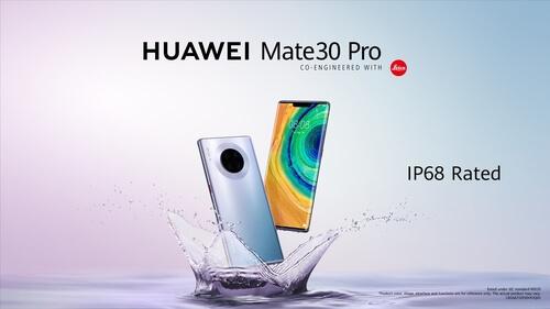 Deux Huawei Mate 30 Pro hors de l'eau