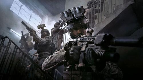 Un bataillon de soldat dans une cage d'escalier