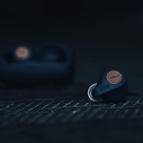 Deux écouteurs Jabra Elite Active 65t sur fond sombre