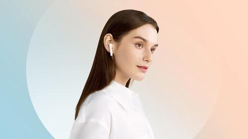 Femme portant les écouteurs Huawei