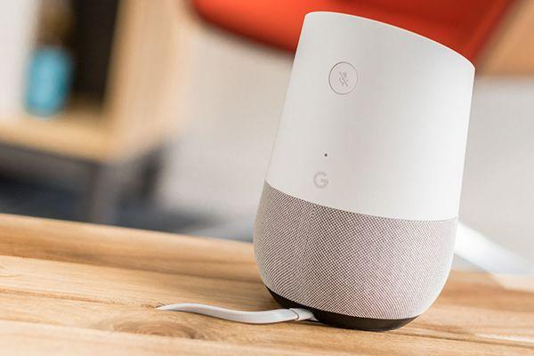 google home branché sur une table en bois