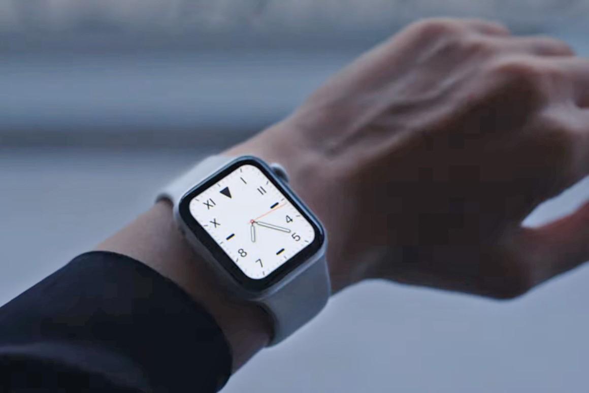 Apple Watch 5 au poignet avec cadran affiché