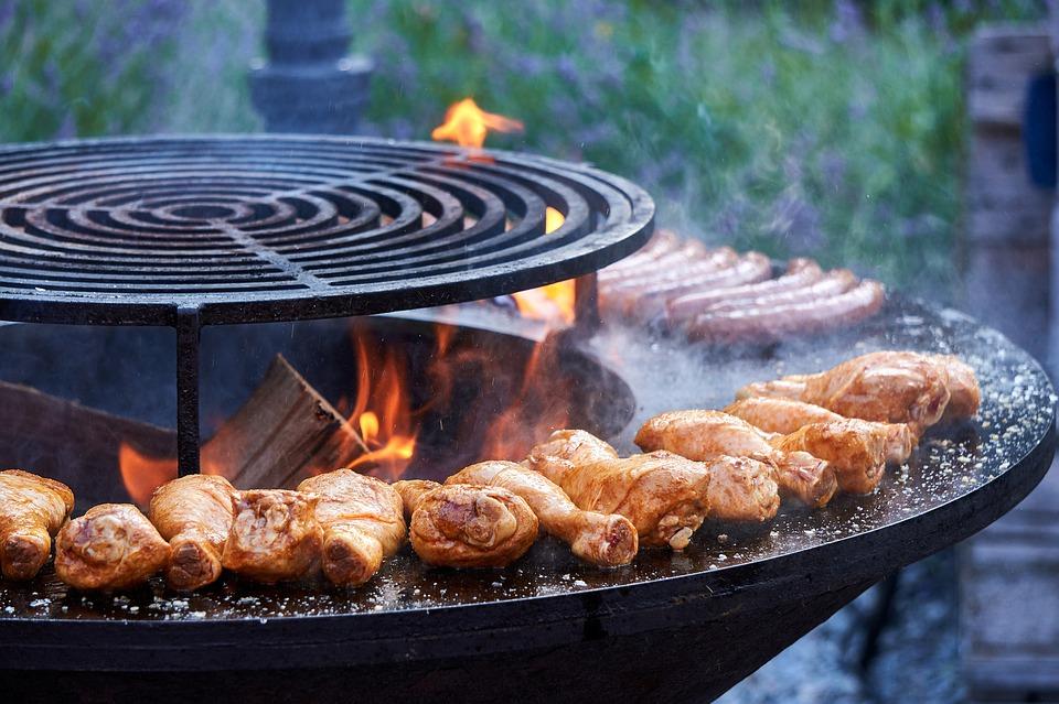cuisses de poulet cuisant sur un barbecue