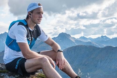 Homme en montagne portant les écouteurs
