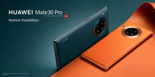 Deux Huawei Mate 30 Pro de deux couleurs différentes et sur un fond de deux couleurs