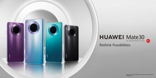 Quatre Huawei Mate 30 Pro de couleurs différentes sur fond gris