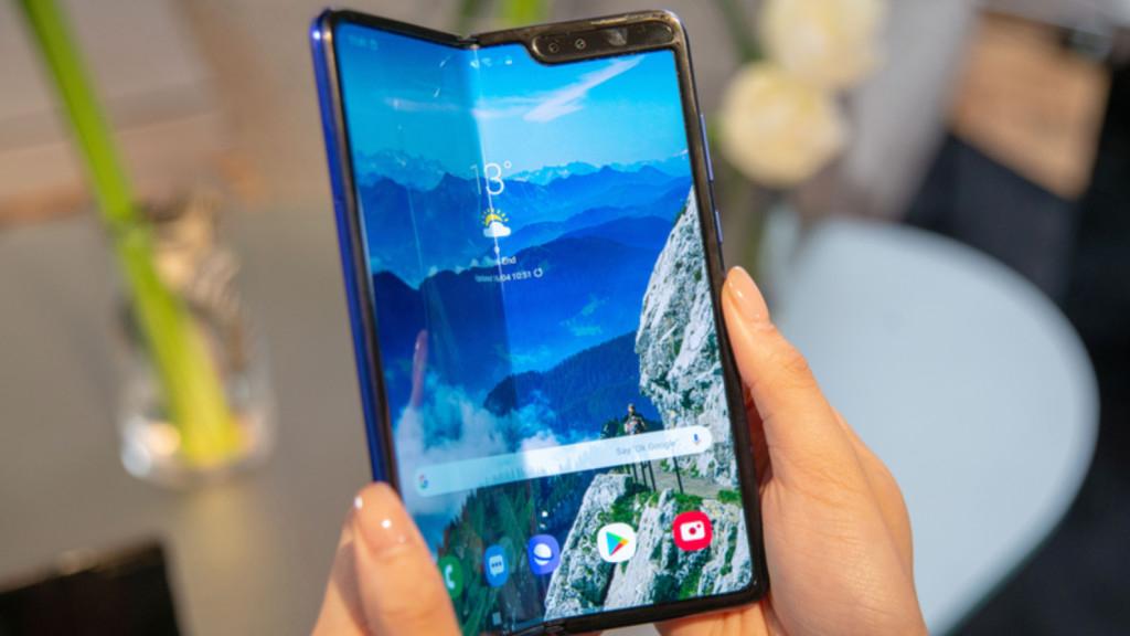 Samsung Galaxy Fold tenu en mains