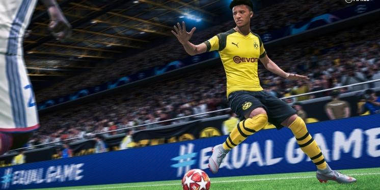 joueur de foot shootant dans un ballon au cours d'une partie de FIFA 20