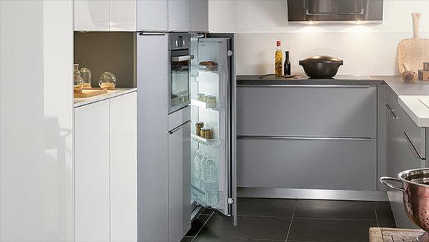 Frigo encastré dans une petite cuisine