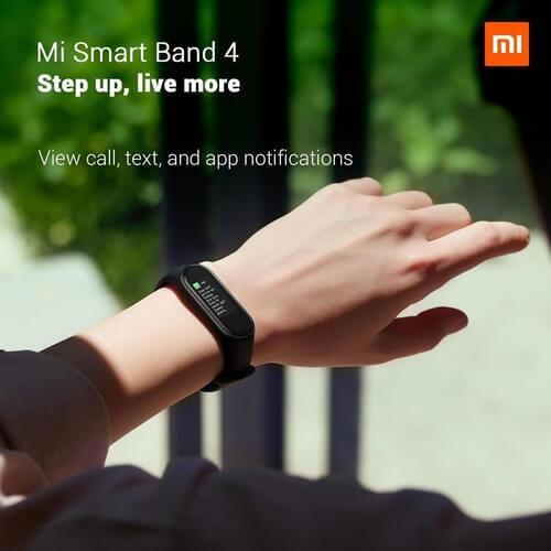 Bras portant cette smartwatch dans un parc