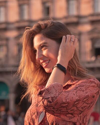 Femme en extérieur portant le Xiaomi Mi Band 4
