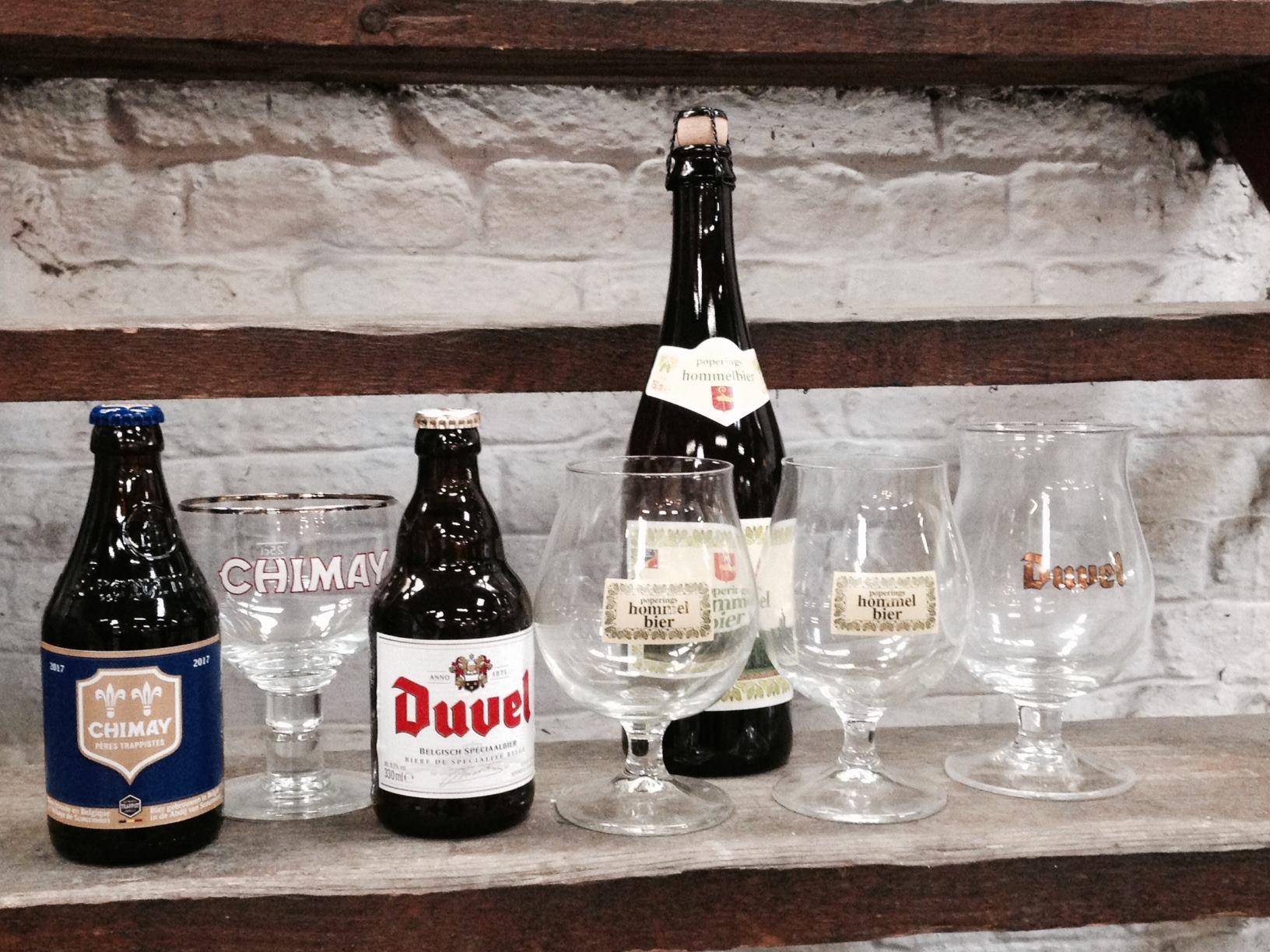 1 bouteille Duvel 33 cl + 1 bouteille de Chimay Bleue 33 cl + 1 bouteille de Hommelbier 75 cl + 1 Verre Duvel 33 cl + 1 Verre Chimay + 2 Verres Hommelbier