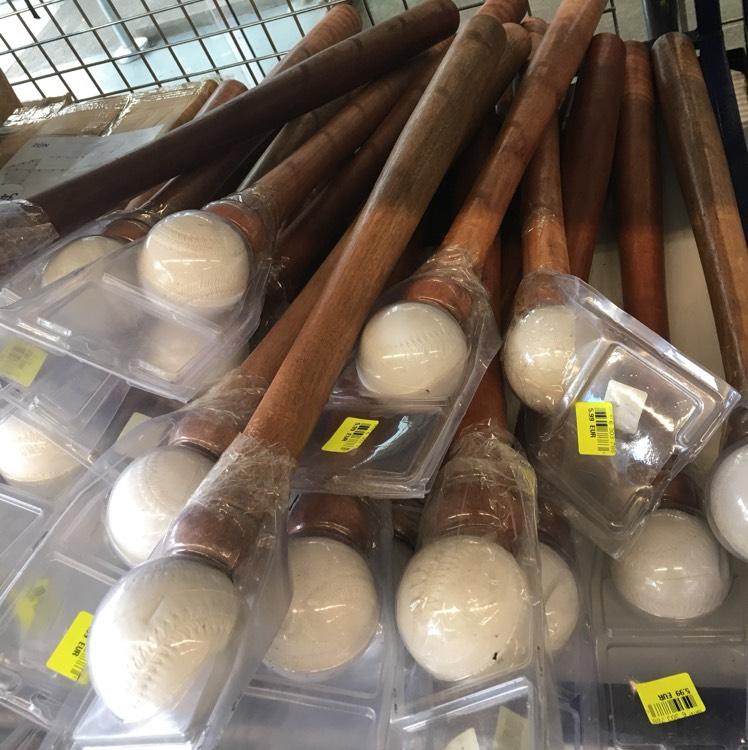 Batte + balle de baseball chez NOZ (St-Herblain 44)