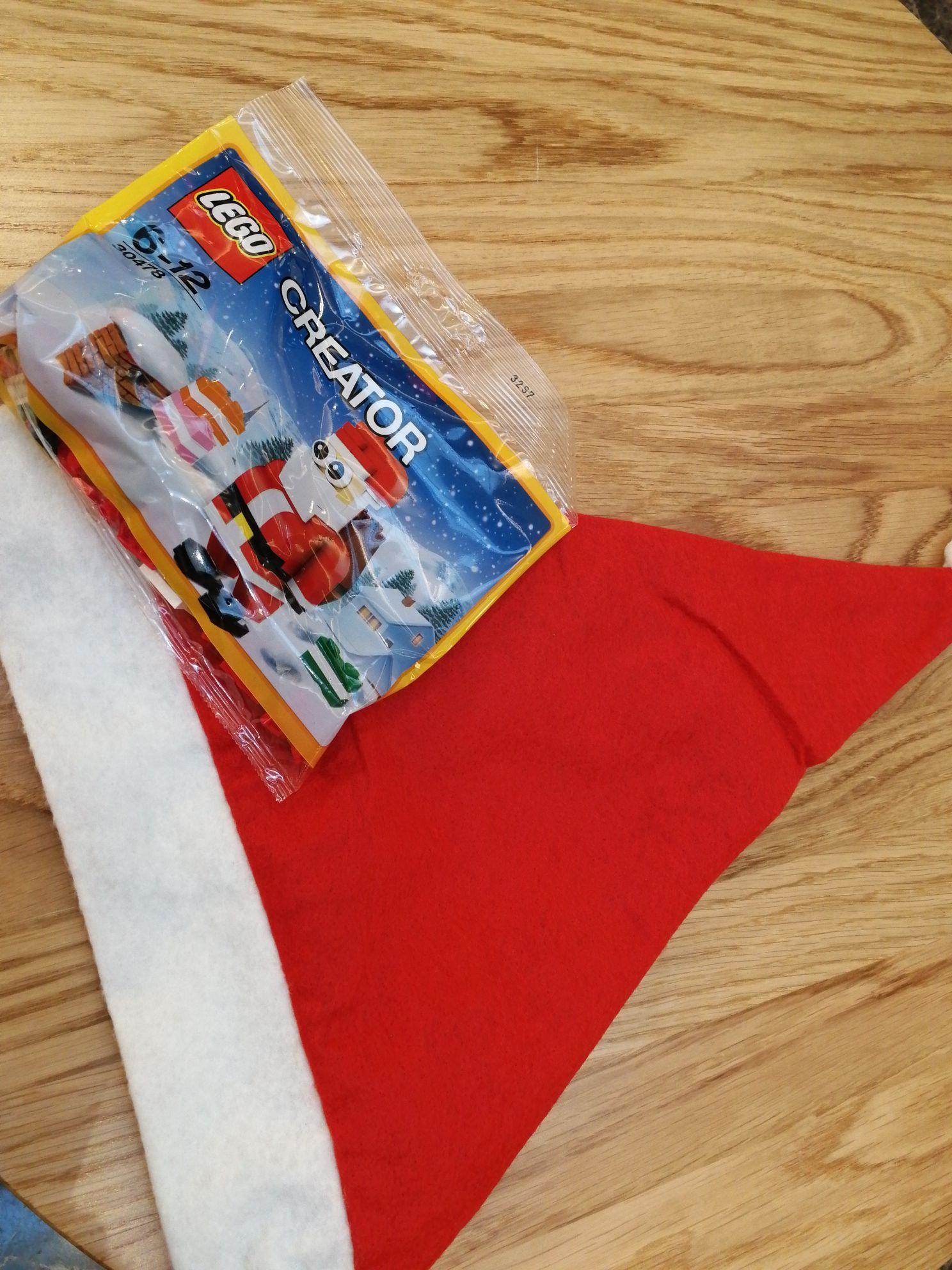 Bonnet du père Noël et un jouet Lego Creator offerts - Stand Lego Carré Sénart (77)