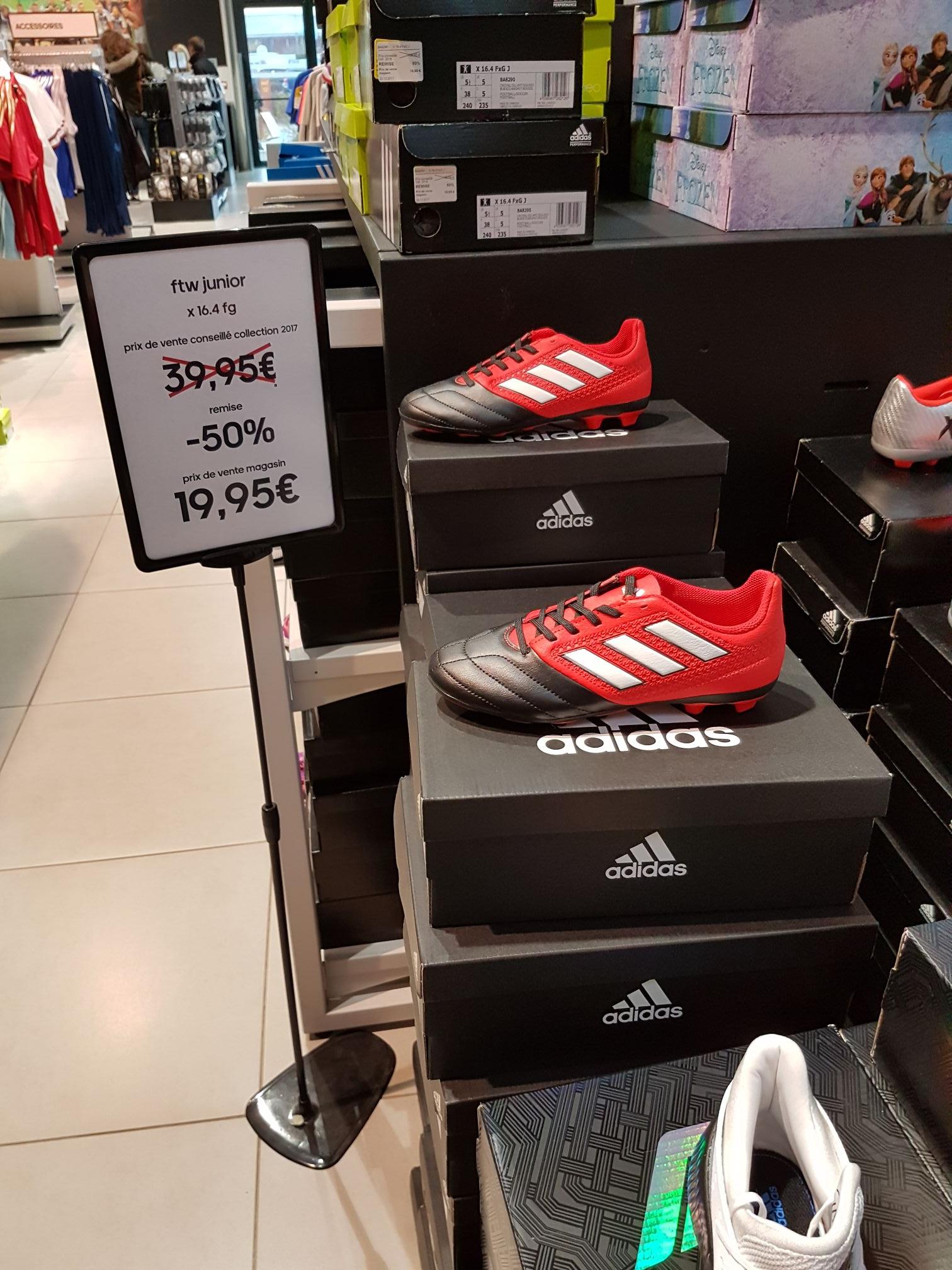 Chaussures à crampons Adidas en promotion (jusqu'à 50%) à partir de 14,95€  - Adidas Outlet à Family Village de Ruaudin (72)