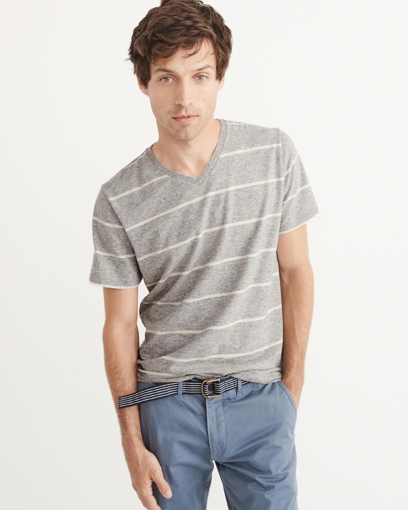 Jusqu'à 50% de réduction sur une sélection d'articles - Ex : T-shirt avec col en V