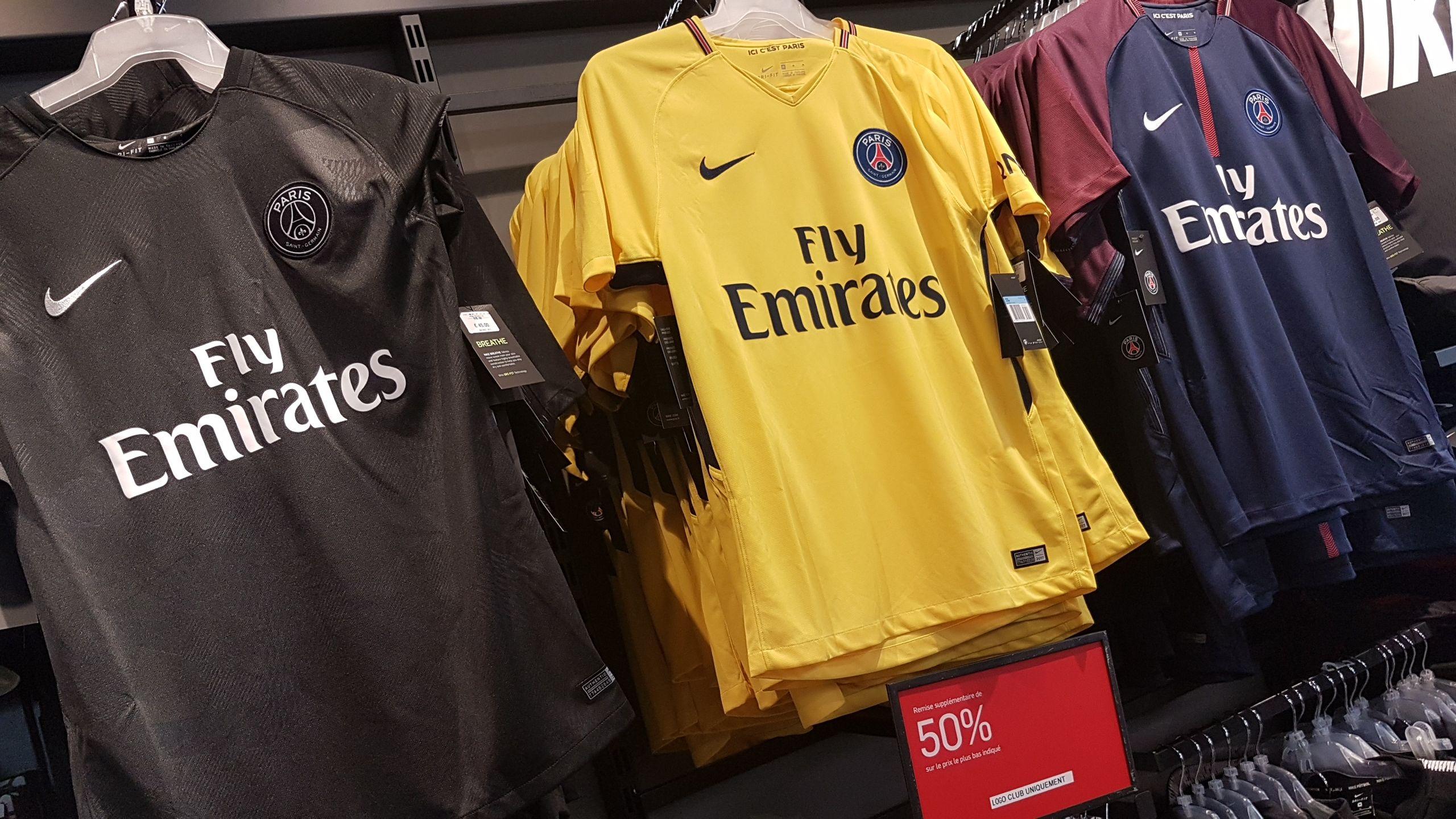 Sélection de maillots de foot Nike en Promotion - Ex : Maillot PSG -barca-chelsea Valette-du-Var (83)