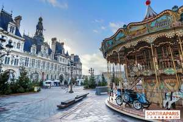 Carroussel de chevaux en bois et petit train gratuits pour tous au Village de Noël - Hotel de ville de Paris (75)