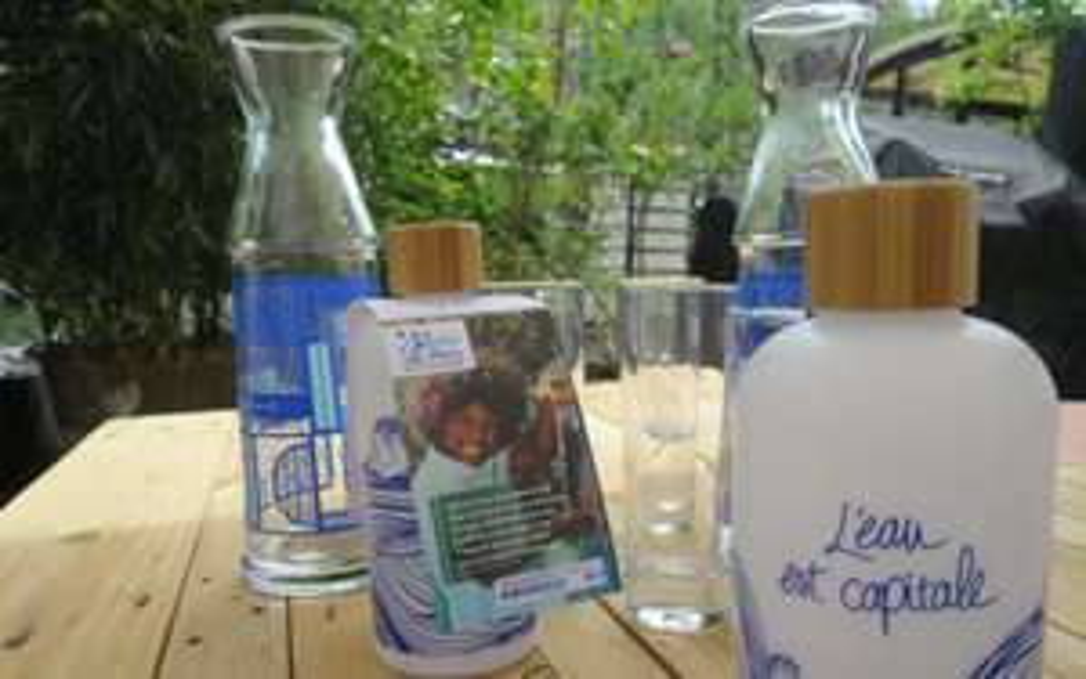 Distribution de gourdes recyclables à Paris (75)