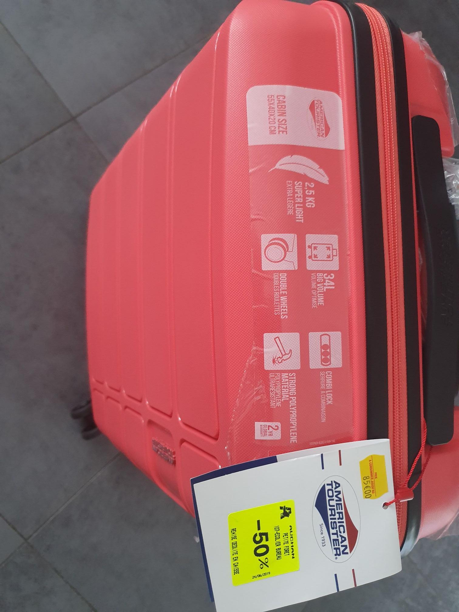 Sélection de valises American Tourister à 50% de réduction - Ex : Valise 55x40x20 cm (Auchan Petite-Forêt 59)