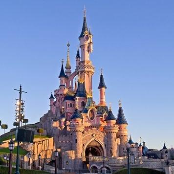 Billets 2 jours / 2 Parcs au parc Disneyland Paris + 1 nuit Disney's Davy Crockett Ranch + carte cadeau de 100€ pour 2 personnes