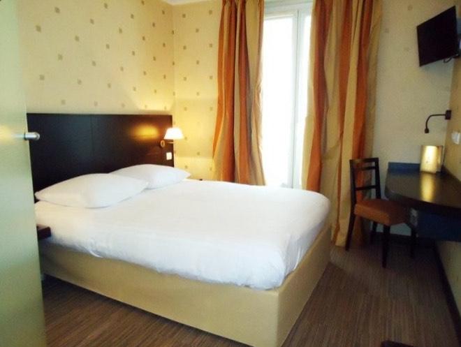 1 nuit pour 2 personnes Hôtel de l'exposition Tour Eiffel. / PARIS Centre / Chambre double + petit déjeuner