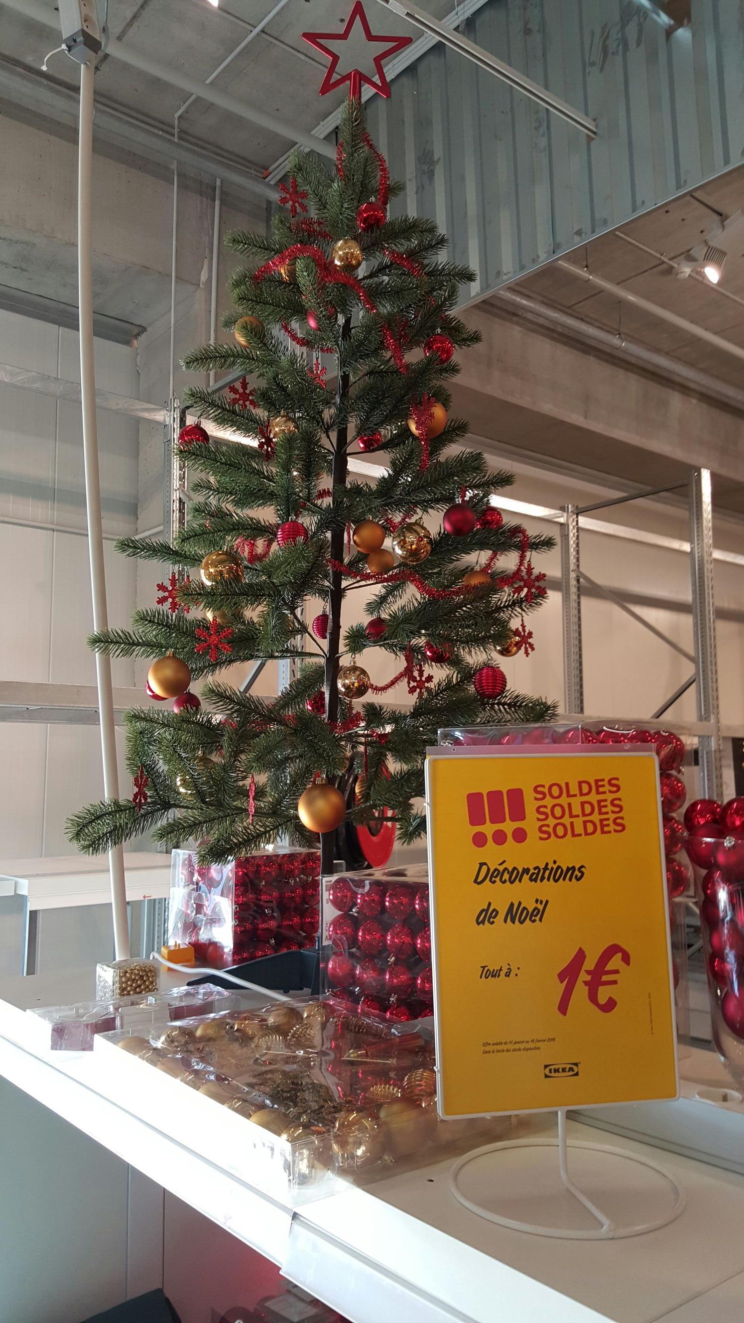 Toutes les décorations de Noël (sapin artificiel de 1,55 mètres, bougies, boules...)