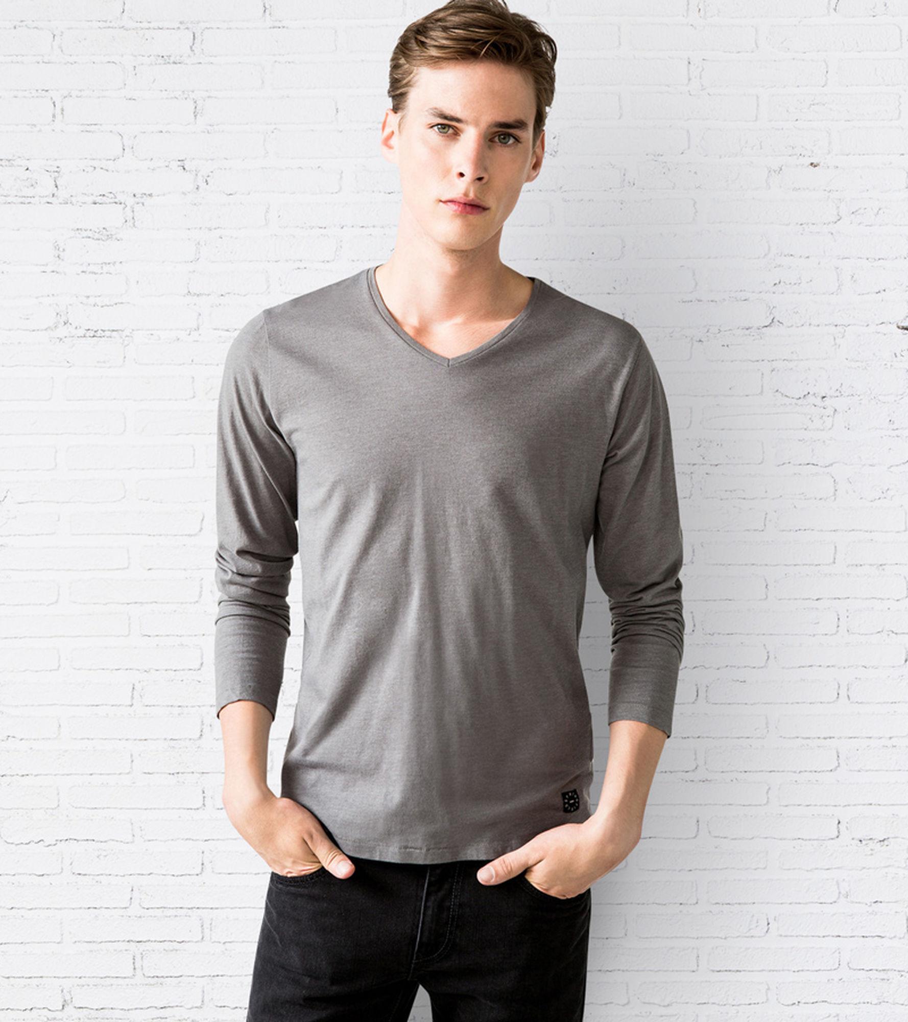 Jusqu'à 50% de réduction sur une sélection de vêtements - Ex : T-Shirt Manches longues col V Homme
