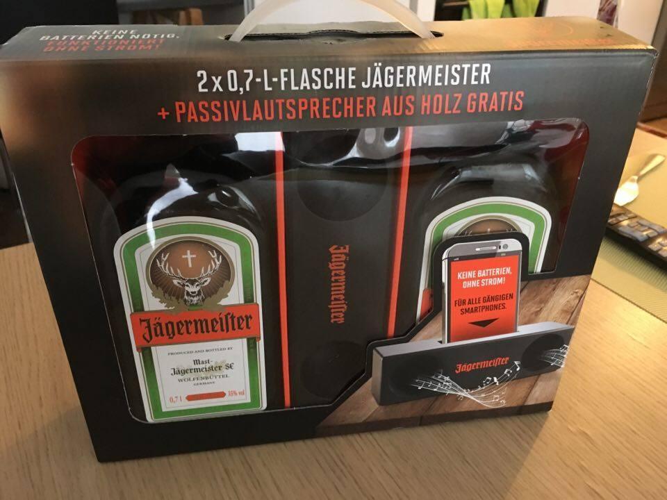Coffret 2 bouteilles Jägermeister (70cl) + une enceinte audio (en bois)