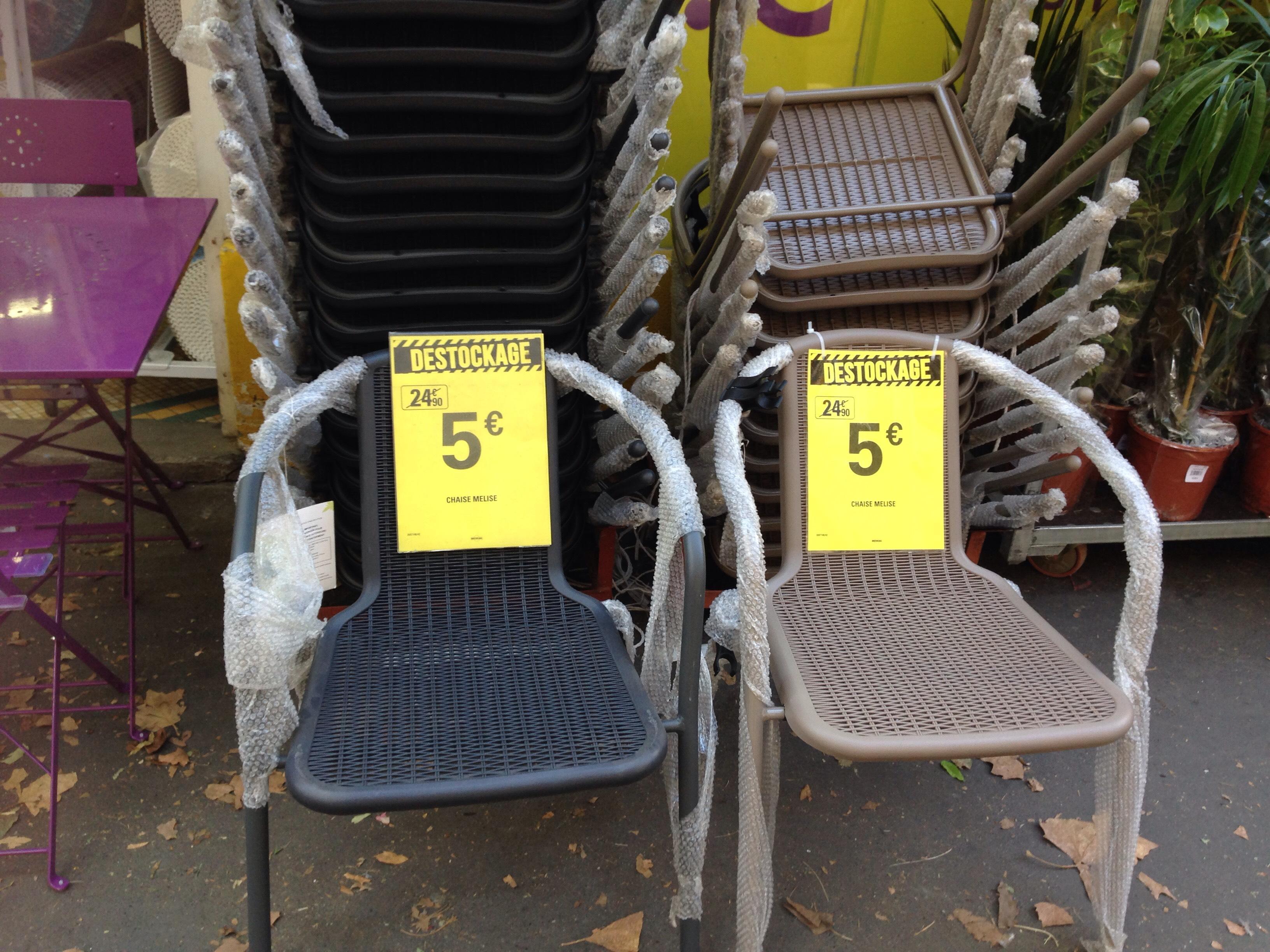 Sélection de chaises et tables en promotion - Ex : Chaise en plastique (Beige ou Noir)