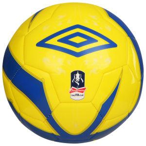 Ballon de foot Umbro au choix offert pour l'achat d'un article Nike, le tout